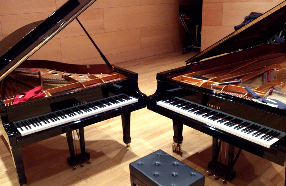 Afinador preparant dos pianos